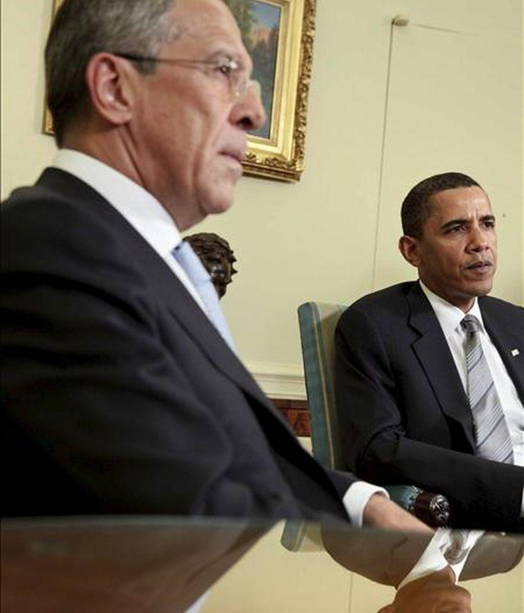 El presidente de Estados Unidos, Barack Obama (d), se reúne con el ministro de Relaciones Exteriores de Rusia, Sergey Lavrov (i), el pasado 8 de mayo en Washington. EFE/Archivo