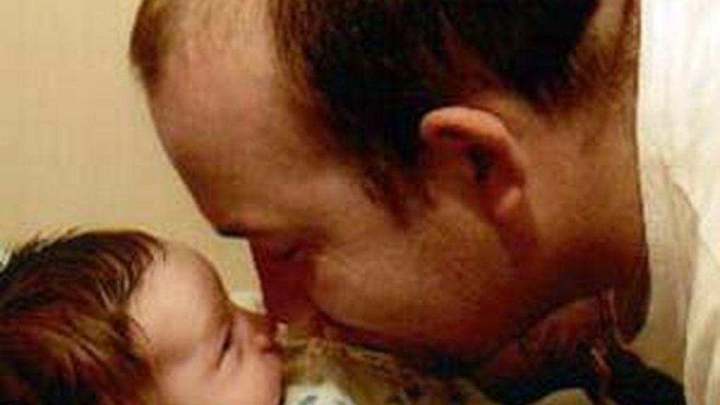 Un padre junto a su bebé en una imagen de archivo.