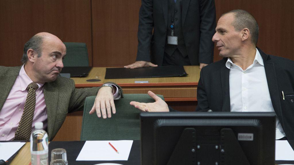 Luis de Guindos y Yanis Varoufakis charlan durante la reunión del Eurogrupo