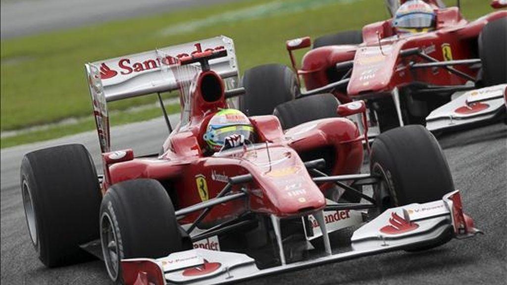 El piloto brasileño de Fórmula Uno Felipe Massa (i), de la escudería Ferrari, se coloca por delante su compañero, el español Fernando Alonso, durante el Gran Premio de Malasia de Fórmula Uno disputado en el circuito Sepang, el domingo, 4 de abril de 2010, en Kuala Lumpur (Malasia). EFE