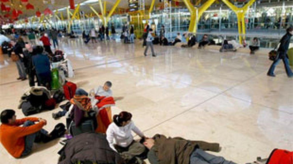Pasajeros atrapados en la T4 del aeropuerto de Barajas el pasado 4 de diciembre. Foto: EFE