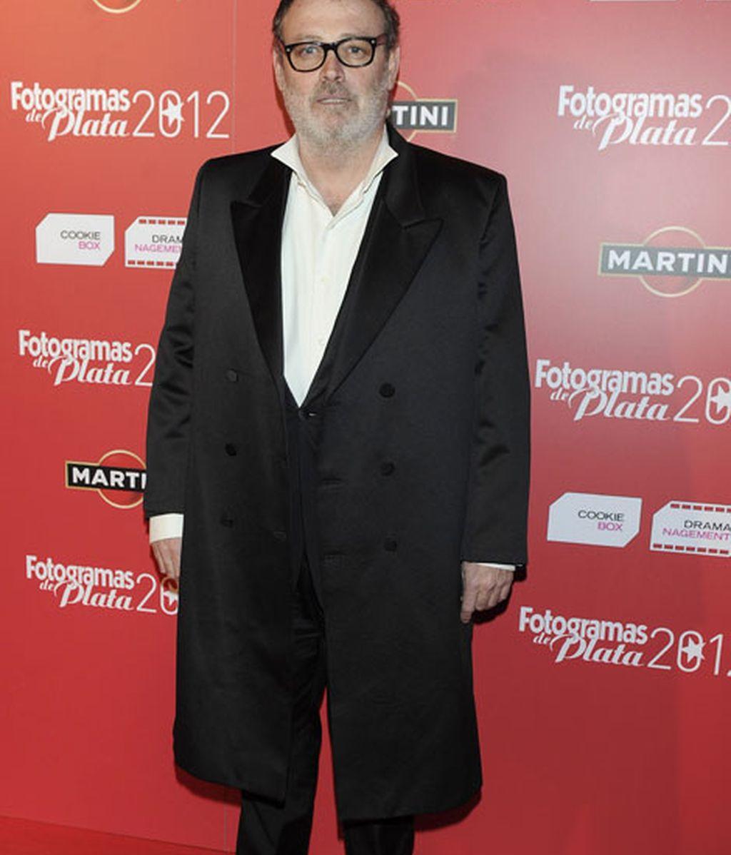 Pablo Carbonell, con gabardina en la alfombra roja