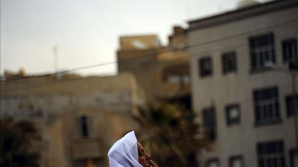 Un musulmán libio participa en la oración musulmana de los viernes en Bengasi (Libia). EFE