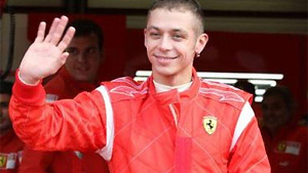 Rossi, una de las veces que ha conducido para Ferrari. FOTO: Archivo.