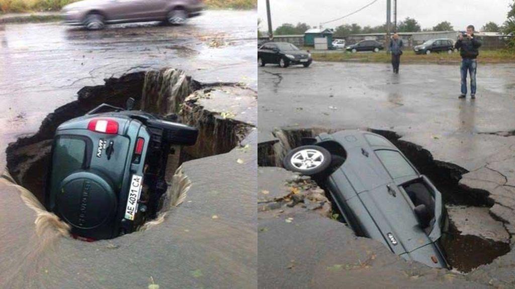 Un coche es tragado por la carretera