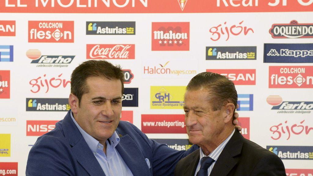 El nuevo entrenador del Sporting de Gijón, José Ramón Sandoval, estrecha la mano del presidente del equipo, Manuel Vega-Arango