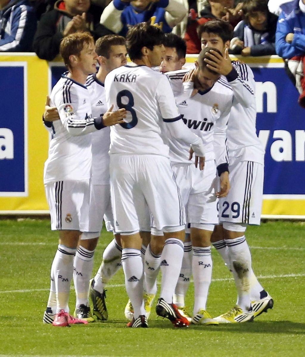 Karim Benzemá, celebra con sus compañero el primer gol del equipo madridista, durante el encuentro correspondiente a la ida de los dieciseisavos de final de la Copa del Rey, que disputan esta noche frente al Alcoyano