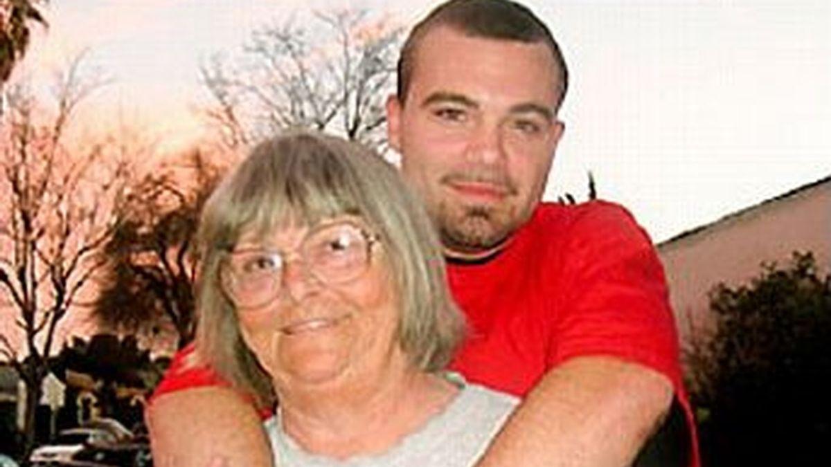 Pearl y su nieto Phil con el que mantiene una relación amorosa. La pareja ha usado los ahorros de la abuela para alquilar un vientre y tener un hijo. Foto Yahoo News