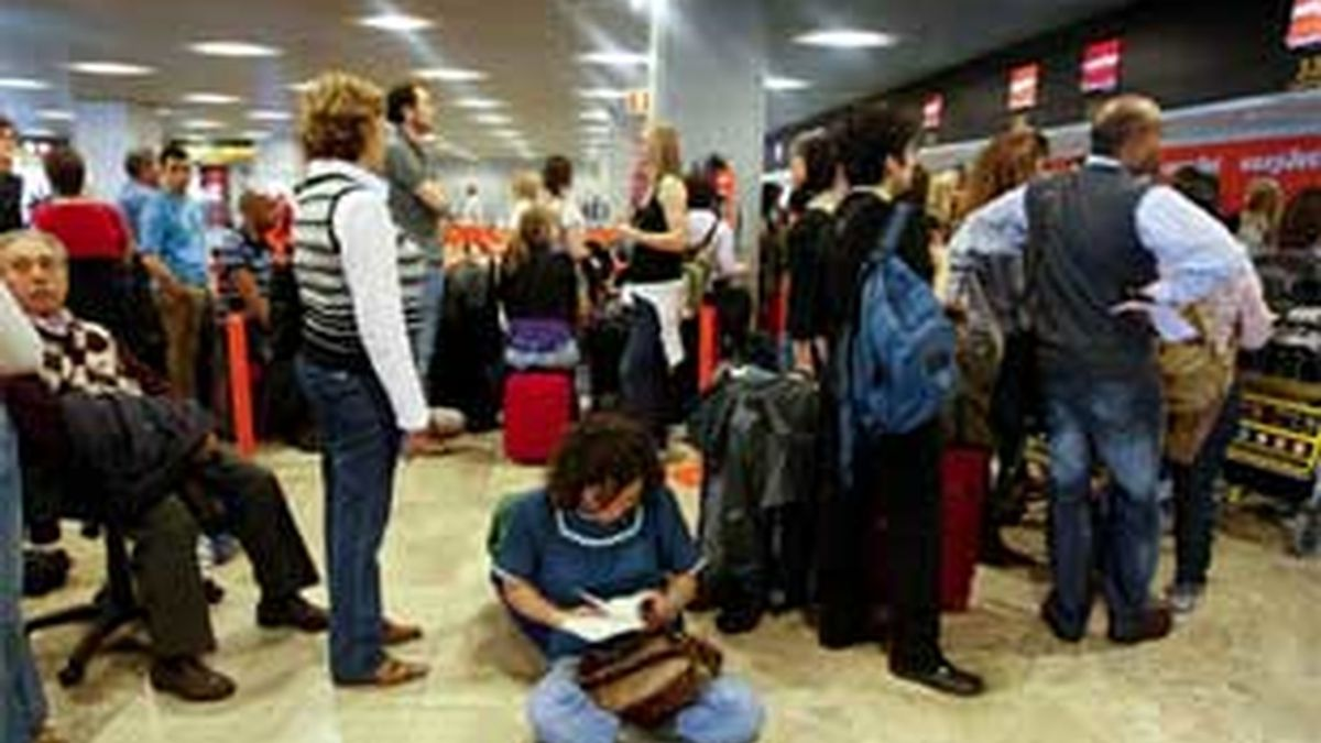 Los pasajeros de los vuelos aplazados mantienen intactos sus derechos. Vídeo: Informativos Telecinco
