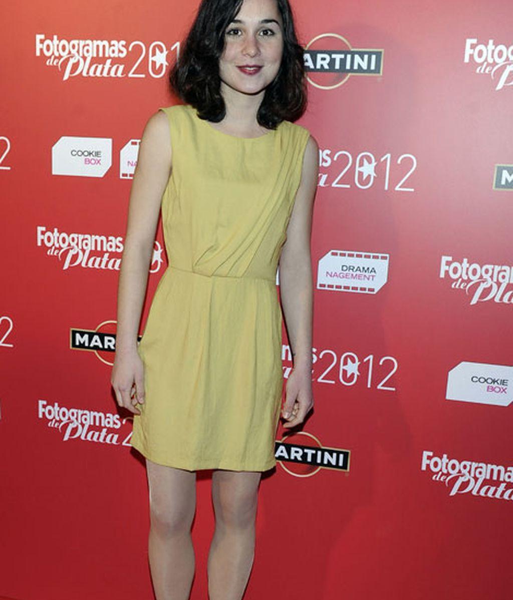 Nadia de Santiago con mini-vestido amarillo mostaza