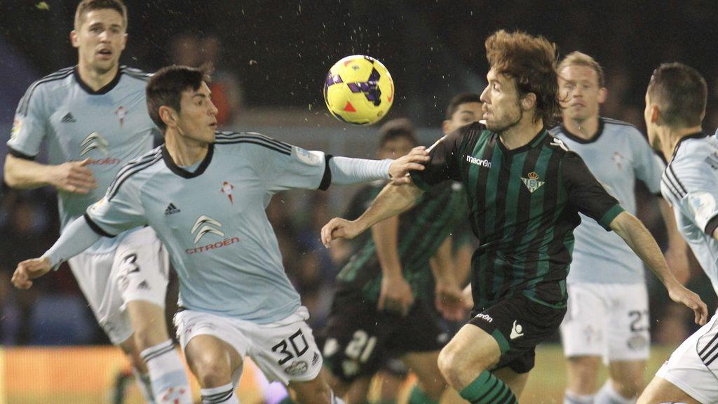 El defensa del Celta de Vigo David Costas (i) y el centrocampista del Betis Joan Verdú