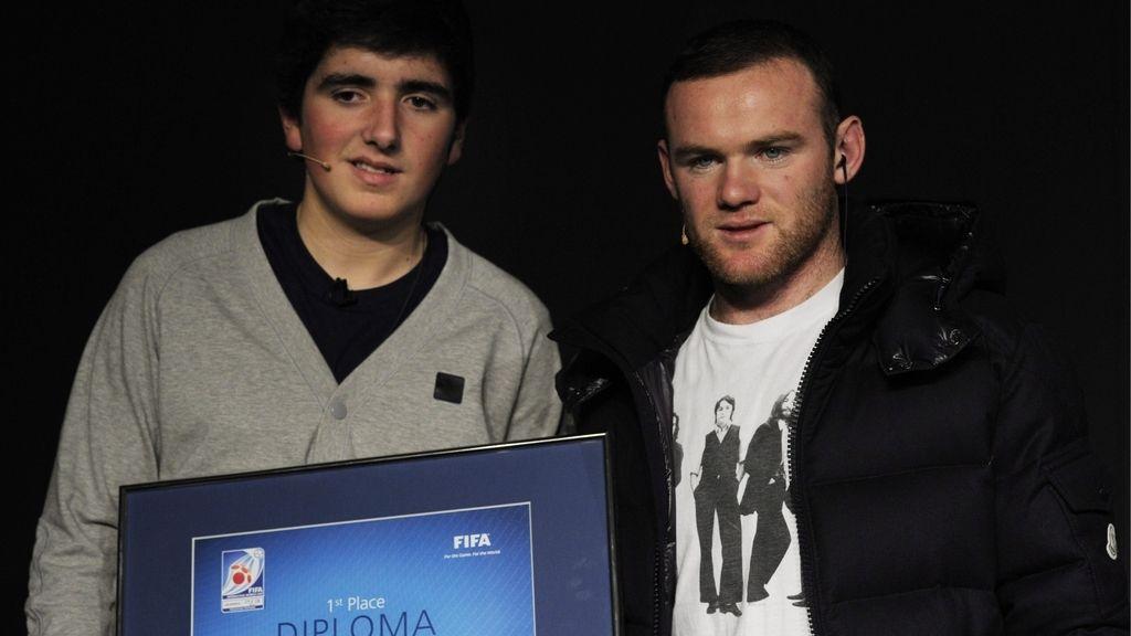 Rooney posa con el campeón de 'PlayStation'