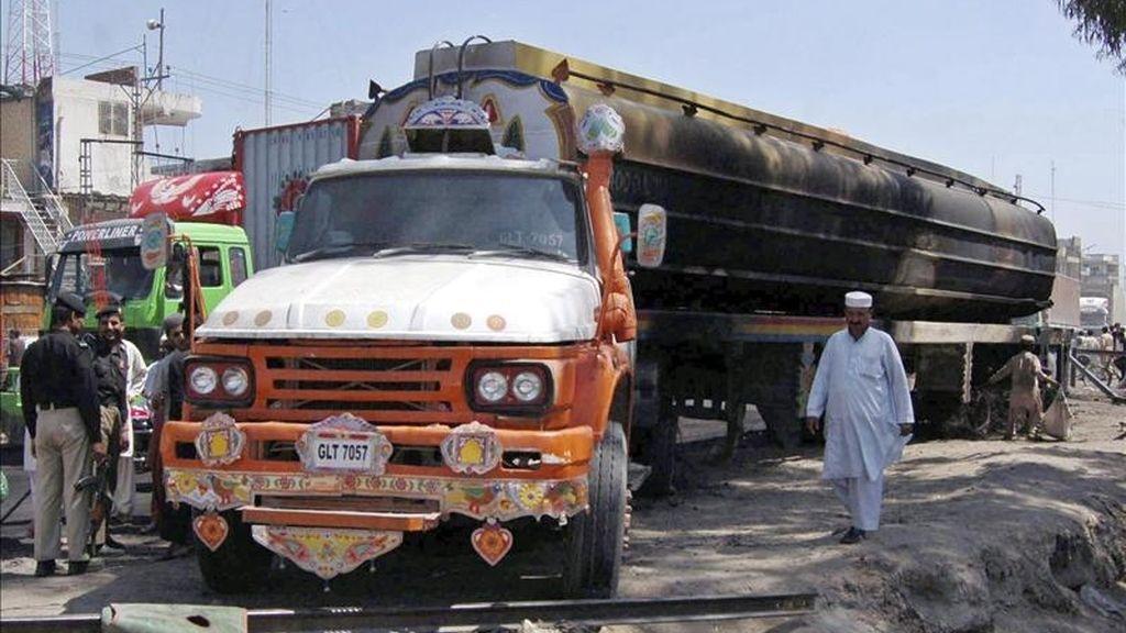 Policías examinan hoy un camión cisterna de la OTAN dañado tras ser atacado por presuntos insurgentes armados en Peshawar, Pakistán. EFE