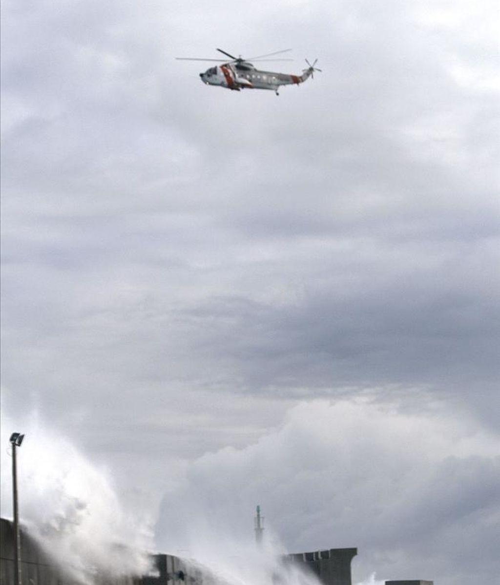 Un helicóptero de Salvamento Marítimo realiza labores de búsqueda en Galicia. EFE/Archivo