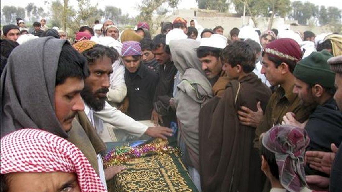 Un grupo de personas preparan el ataúd de un hombre muerto en un ataque estadounidense al sur de Waziristán durante su funeral en Bannu (Pakistán) el pasado 29 de diciembre de 2010. EFE/Archivo