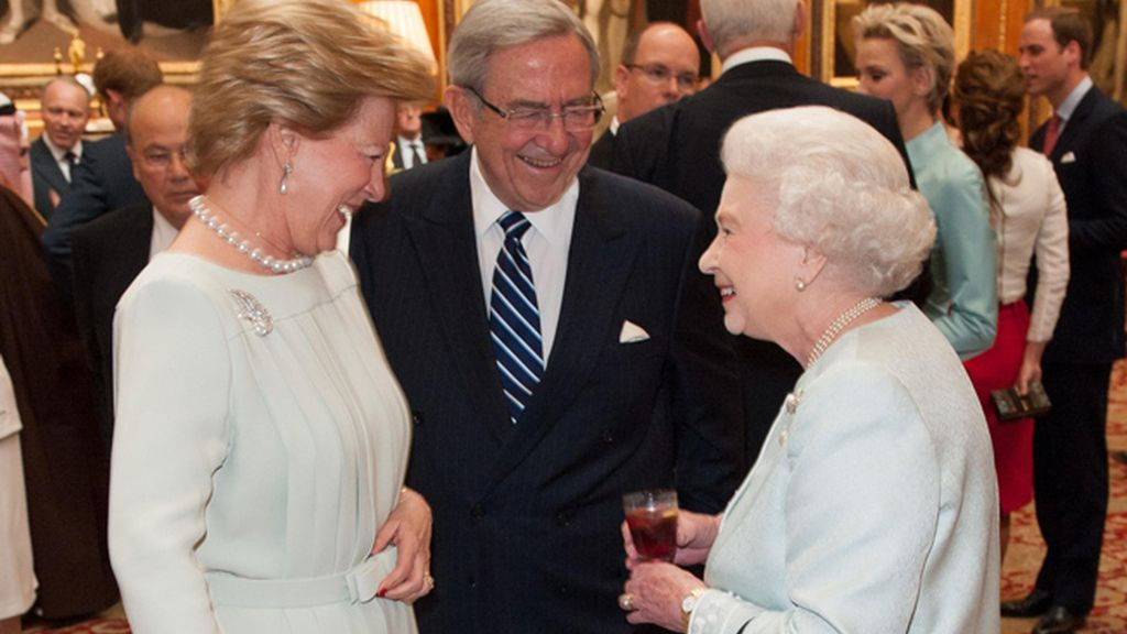 Los reyes de Grecia, Ana María y Constantino, junto a la reina Isabel