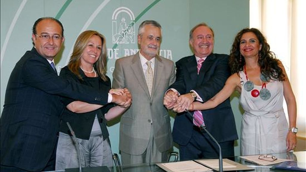 La ministra de Sanidad, Trinidad Jiménez (2i), junto al consejero de Innovación y Ciencia de la Junta de Andalucía, Martín Soler (i); el presidente andaluz, José Antonio Griñán (c); el presidente de Laboratorios Rovi, Juan López (2d), y la consejera andaluza de Sanidad, María JesÚs Montero. EFE