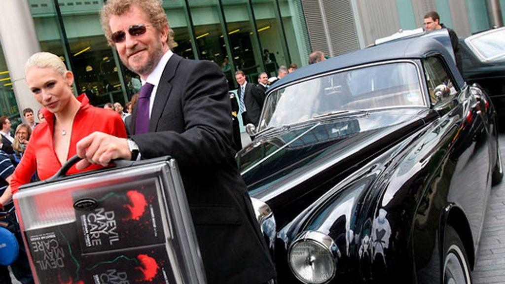 Sebastian Faulks posa junto con la modelo Tuuli Shipster en la presentación del nuevo libro de 007. Foto: EFE