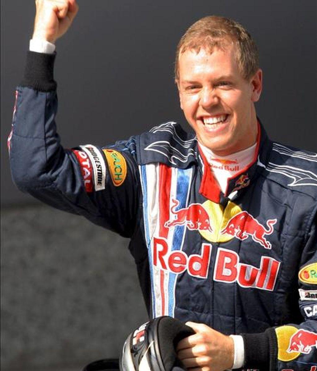 El piloto alemán Sebastian Vettel, de la escudería Red Bull, celebra la 'pole' conseguida en la sesión clasificatoria para el Gran Premio de China de Fórmula Uno, hoy en Shangai. EFE