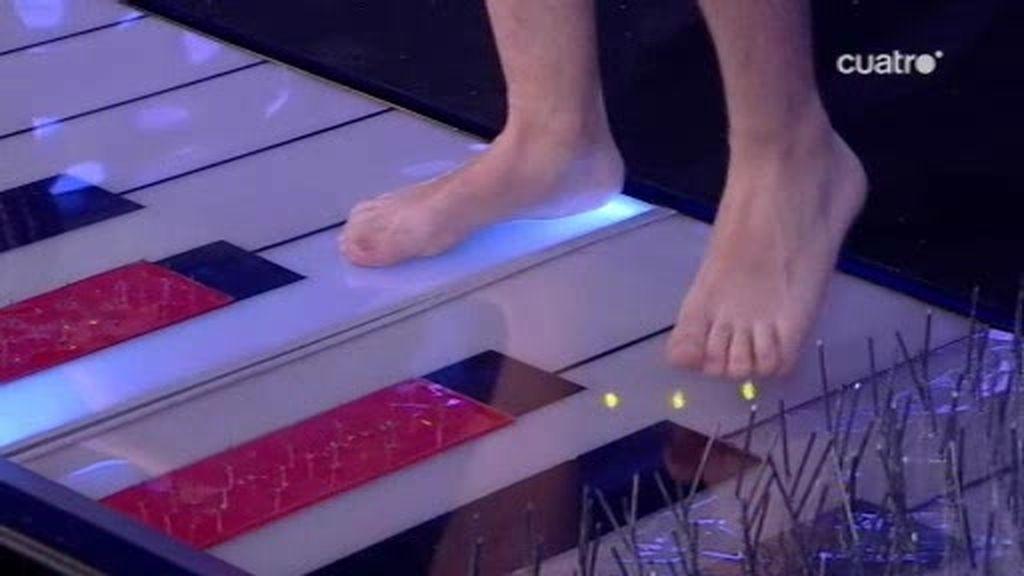 Jandro pisa un piano con clavos para impresionar a Emma Stone