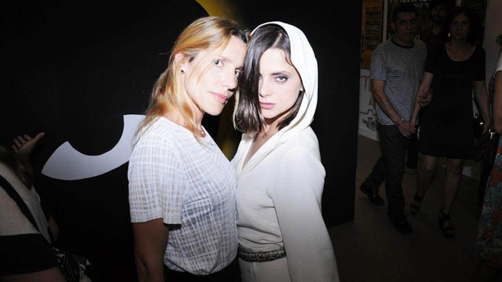 Mónica Cordobés y Macarena Gómez, que acudió vestida de su diseñadora favorita, Teresa Helbig