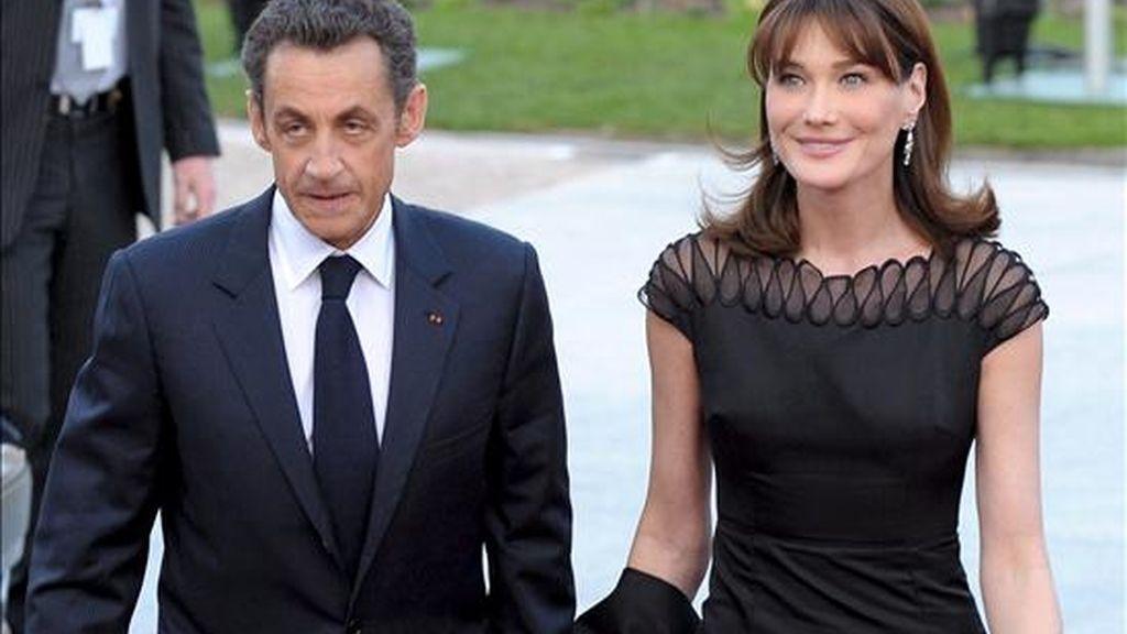 El presidente francés, Nicolás Sarkozy, y su esposa, Carla Bruni, quienes recibirán el Collar de Carlos III según acordó hoy el Gobierno. EFE