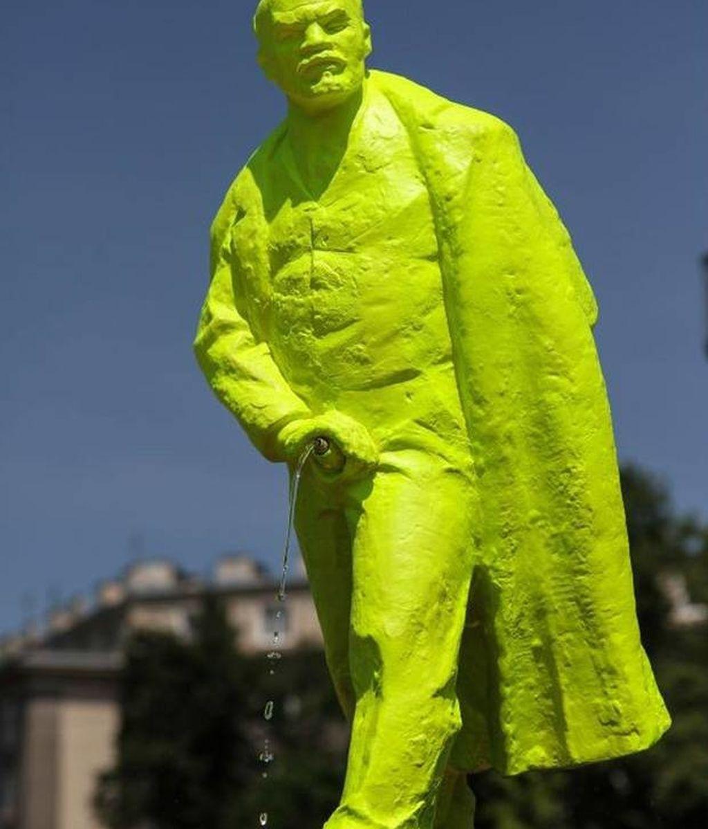 Estatua fluorescente de Lenin en la ciudad polaca de  Nowa Huta