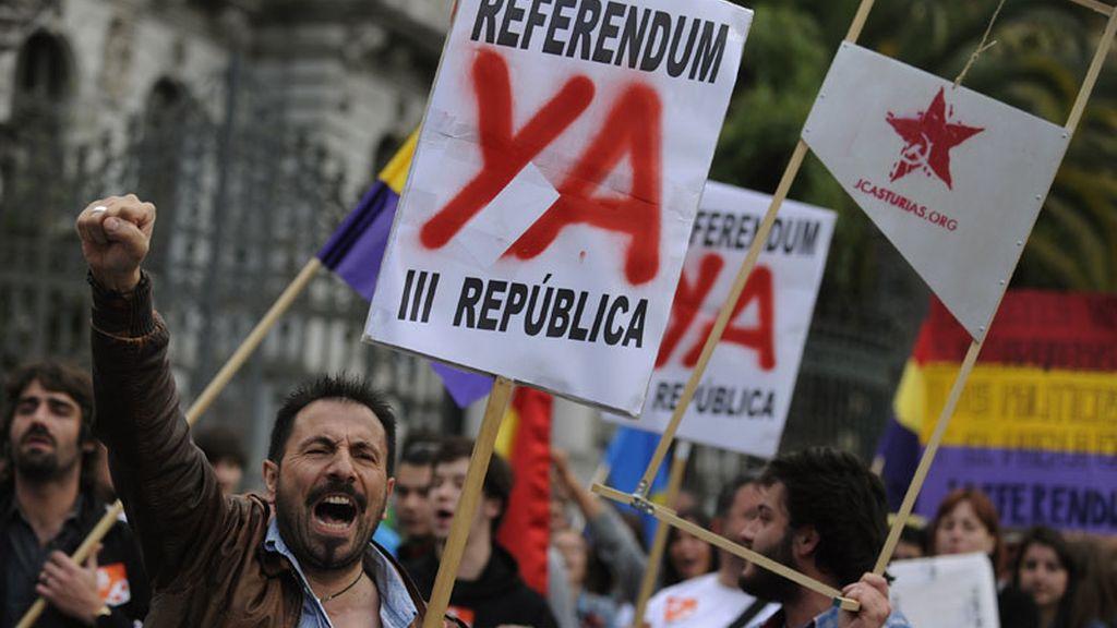 Miles de españoles piden el establecimiento de la República