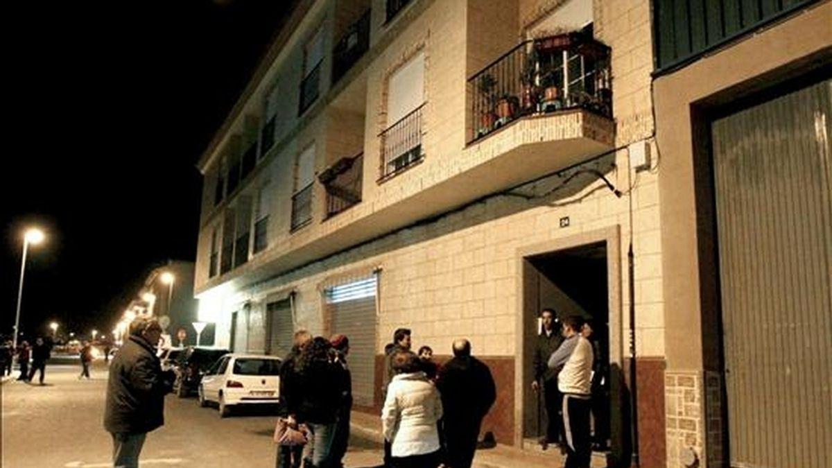 Varios vecinos de Catral (Alicante) se concentran frente a la vivienda donde esta tarde ha sido asesinada una joven de 23 años a manos de su ex pareja, también de 23 años, que tenía una orden de alejamiento en vigor. EFE