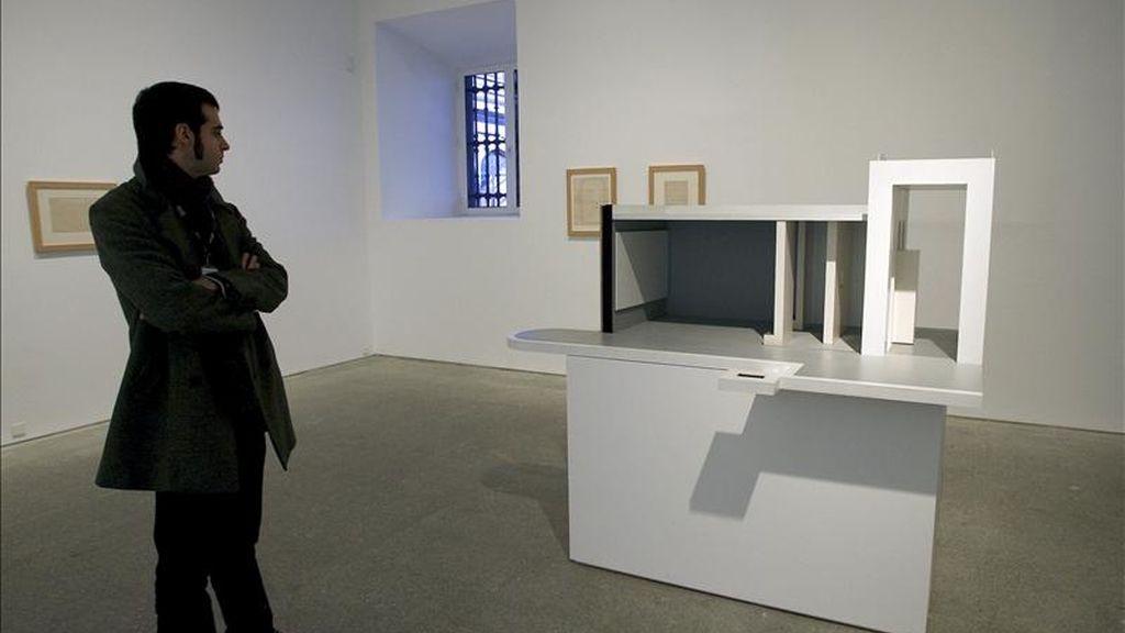 El Museo Reina Sofía presentó hoy la primera exposición individual dedicada en España a la artista austriaca Dorit Margreiter, compuesta por una veintena de obras realizadas desde 2001 hasta nuestros días, entre las que se incluyen películas, vídeos, obra gráfica y fotografías. Algunas de estas obras han sido creadas especialmente para esta muestra. EFE