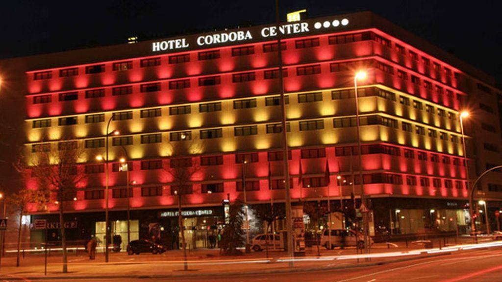 Una fachada de hotel volcada con La Roja