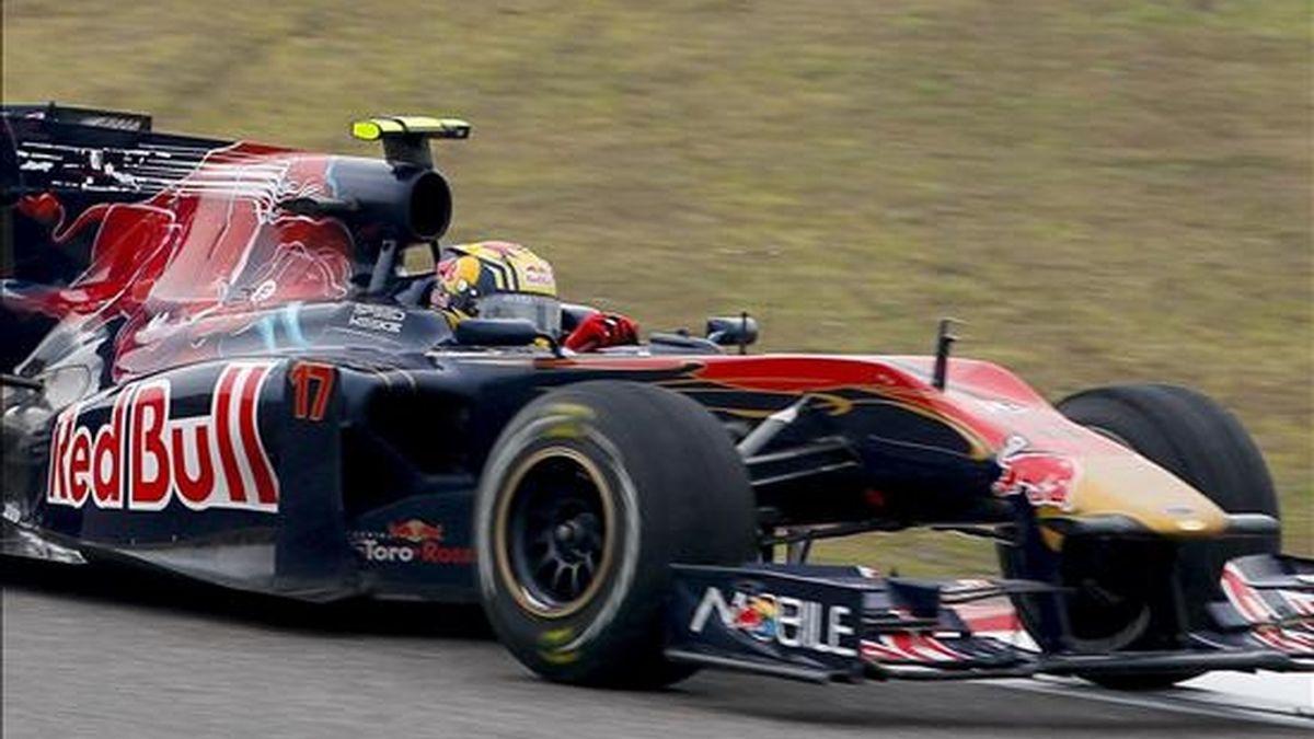 El piloto español de Fórmula Uno Jaime Alguersuari de la escudería Toro Rosso conduce su monoplaza durante el Gran Premio de China, que se disputó el pasado domingo en el circuito de Shanghai. EFE