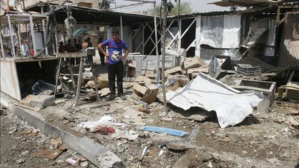 Un niño iraquí inspecciona el lugar tras la explosión de una bomba en Ciudad Sadr, en Bagdad, este miércoles. EFE
