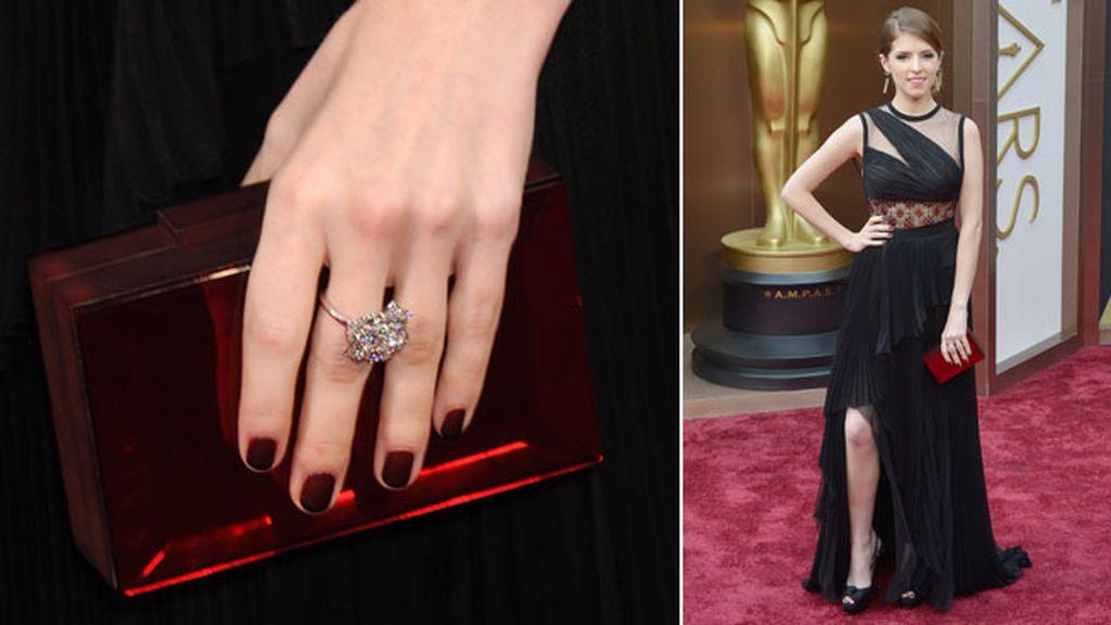 Anna Kendrick lució pendientes cascada de diamantes y azabache, de Piaget