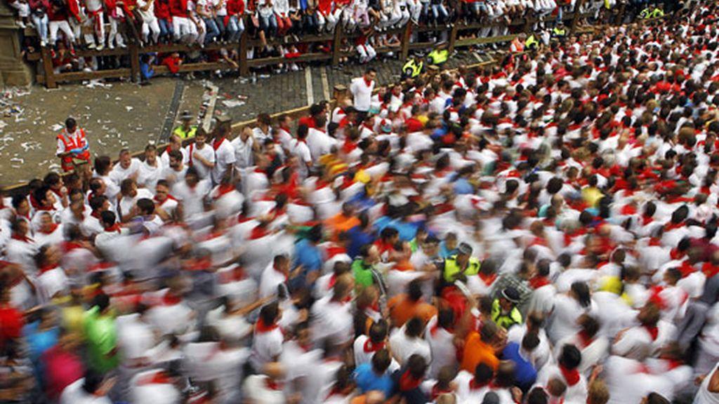 Multitud de corredores en el primer encierro
