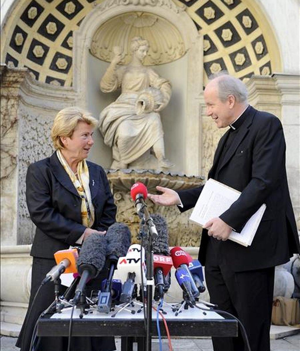 La ex gobernadora de la provincia austriaca de Styria, Waltraud Klasnic , y el cardenal Christoph Schoenborn antes de ofrecer una rueda de prensa en Viena este jueves. La Iglesia católica ha nombrado a Klasnic representante independiente de las víctimas durante las investigaciones de los presuntos casos de abusos a menores. EFE