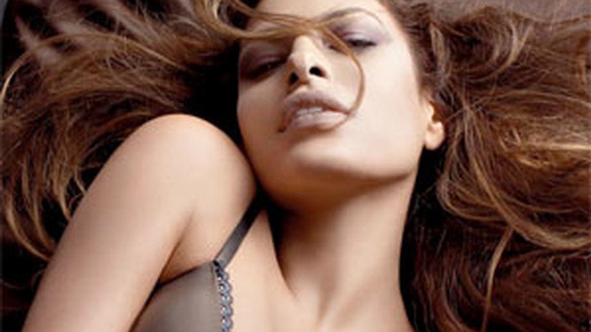 Eva Mendes aparece espectacular en la nueva campaña de Calvin Klein.