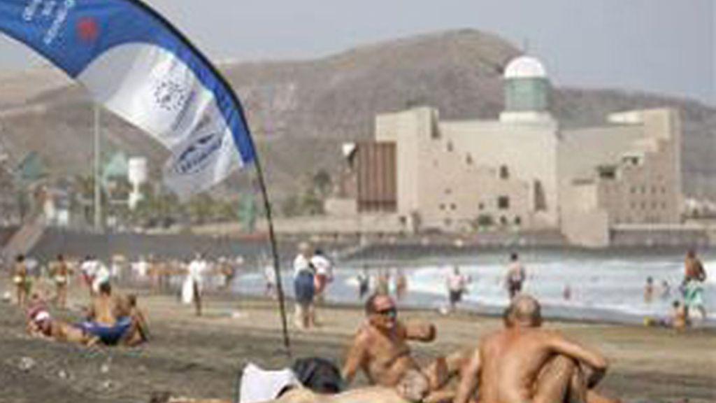 Un grupo de nudistas descansa en la playa. Foto: Archivo.
