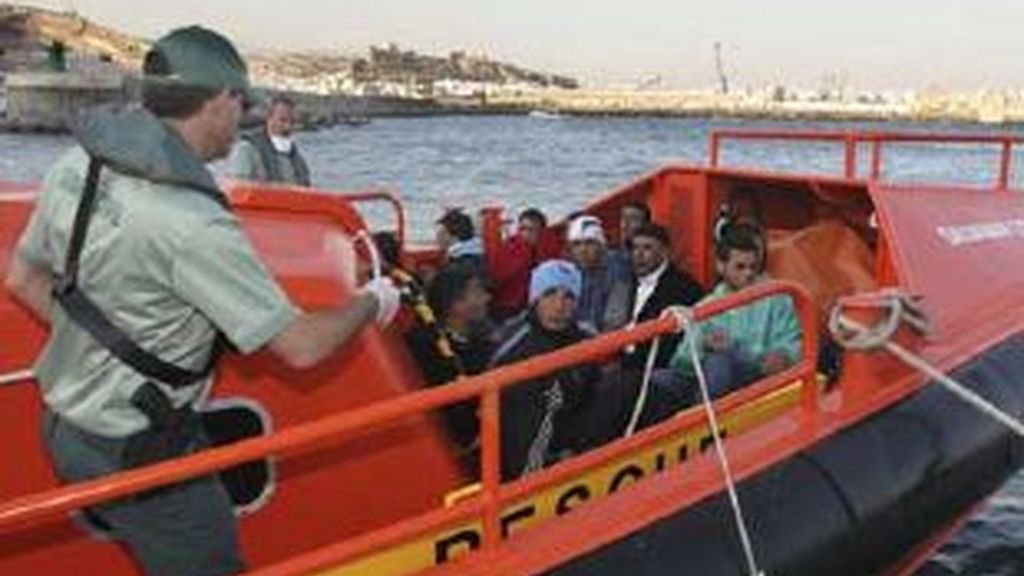 Llegada al puerto de Almería de una patera con 11 inmigrantes interceptada por la Guardia Civil. Foto: EFE