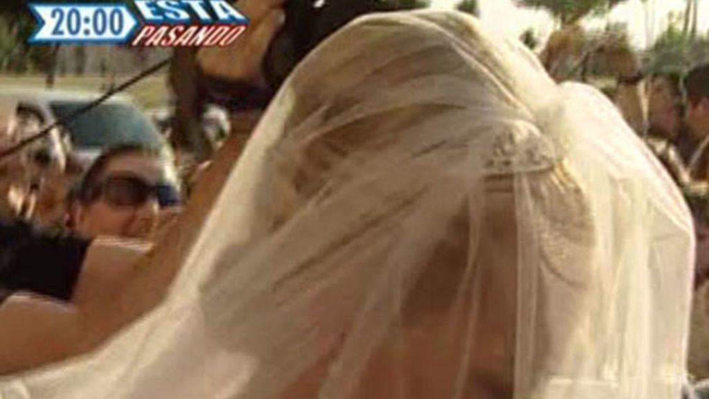 Beén, radiante, bajo el velo de su vestido