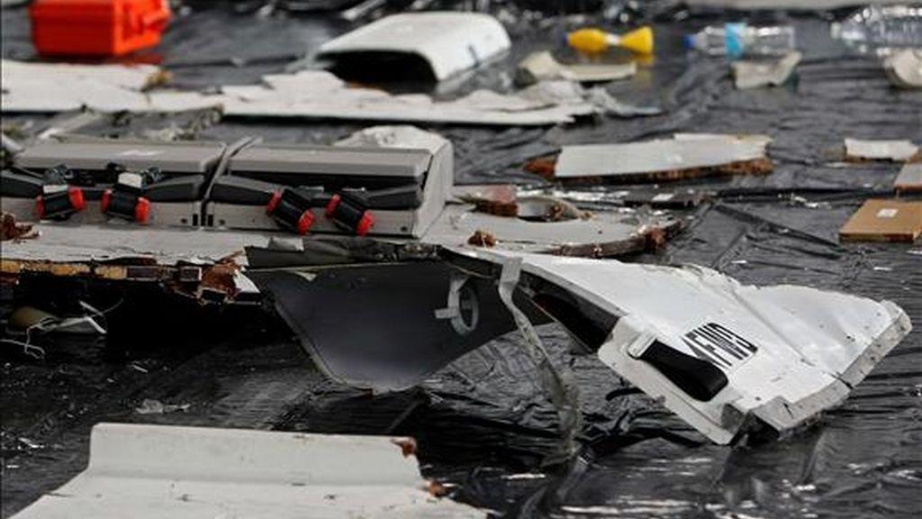 Fotografía en la que se observan los primeros restos del avión Airbus A330-200 de Air France encontrados en el Océano Atlántico, los cuales son presentados por la Fuerza Aérea brasileña en la ciudad de Recife (Brasil). EFE