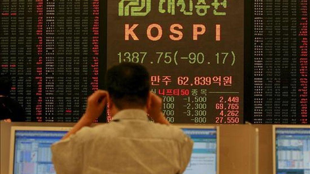 Un agente de bolsa observa un panel electrónico en el que se muestran los valores de la Bolsa de Seúl en la capital surcoreana. EFE/ARCHIVO