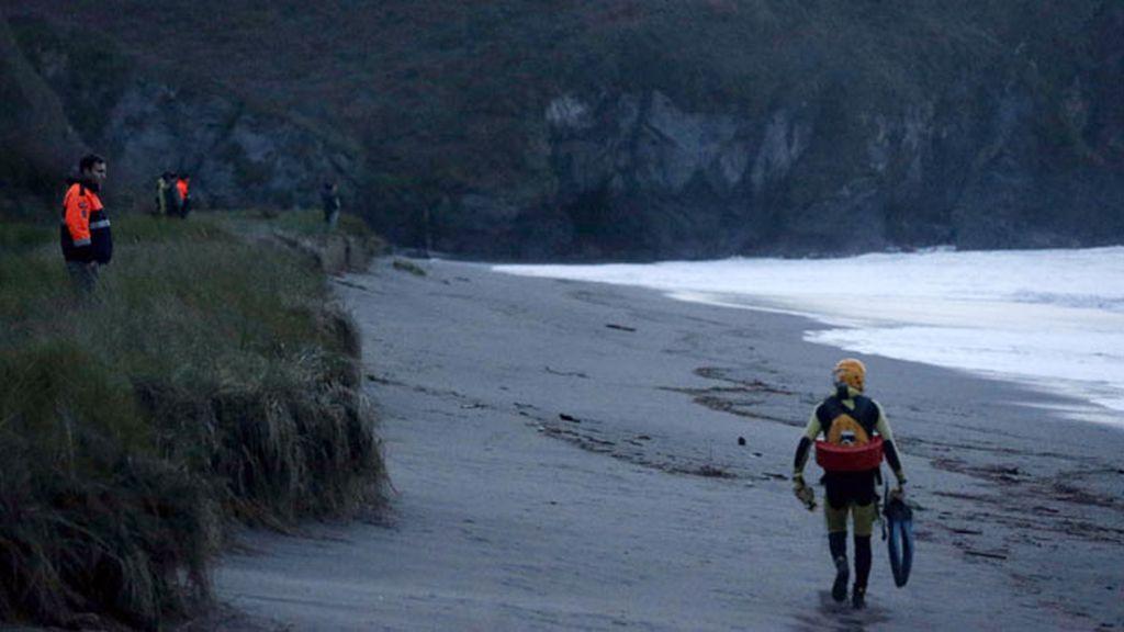 Salvamento Marítimo busca a un bebé arrastrado por un golpe de mar en Navia (Asturias)