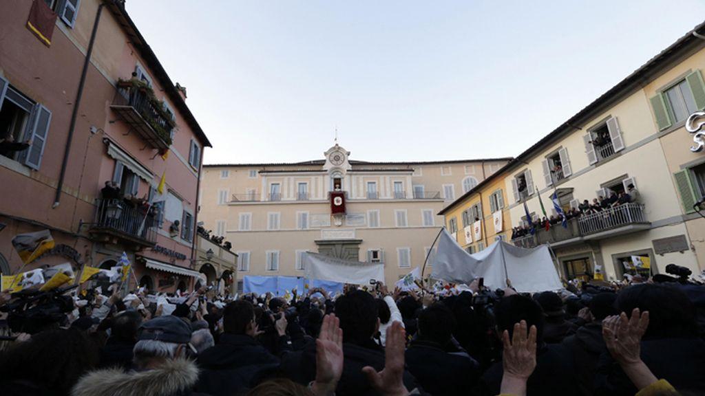 Benedicto XVI bendice a los fieles desde el balcón de Castel Gandolfo