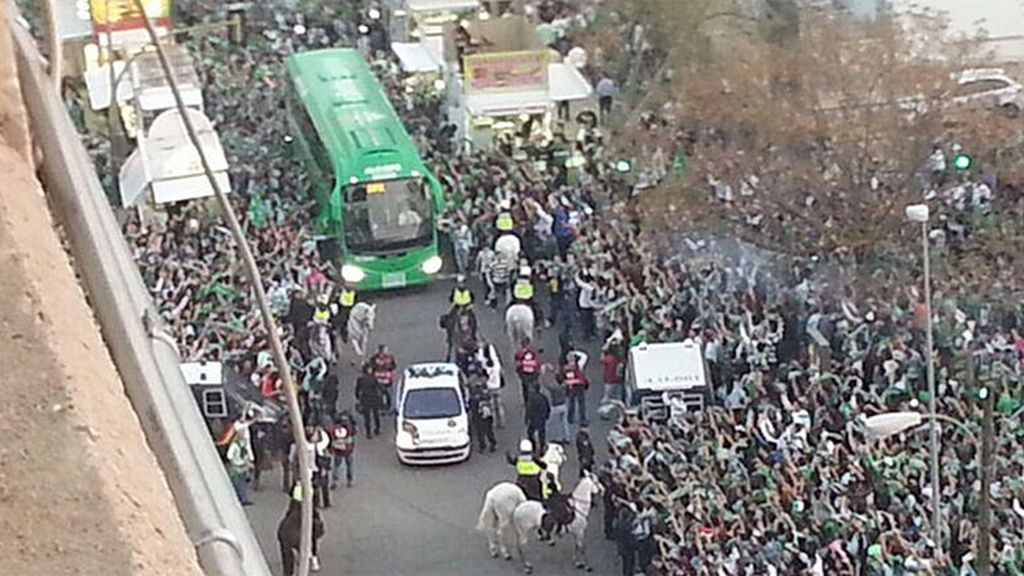 El autobués del Betis a su llegada al Villamarín