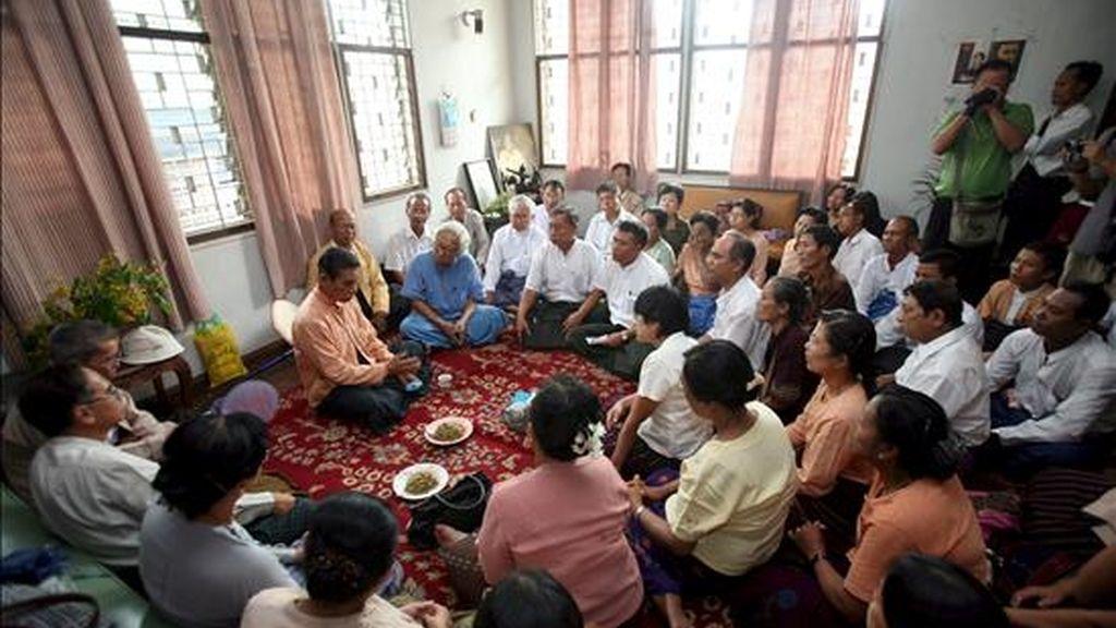 El vicepresidente de la Liga Nacional para la Democracia (LND), U Tin Oo (c-i), habla con miembros de su partido en su residencia en Rangún (Birmania), el 27 de mayo de 2010. EFE/Archivo