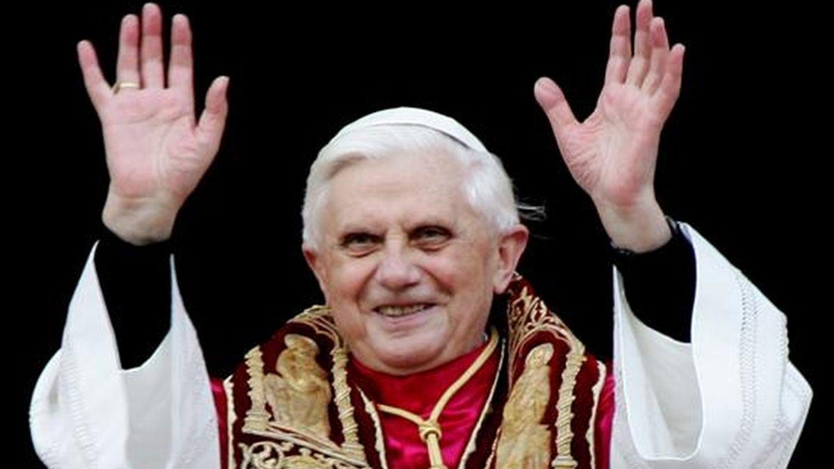 Fotografía de archivo con fecha del 19 de abril de 2005 que muestra al papa Benedicto XVI mientras saluda a sus fieles desde el balcón de la basílica de San Pedro en El Vaticano. EFE/Archivo