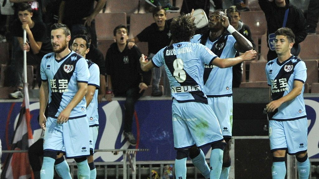 El delantero del Rayo Vallecano Manucho (2-d) es felicitado por sus compañeros tras marcar el gol de la victoria ante el Granada