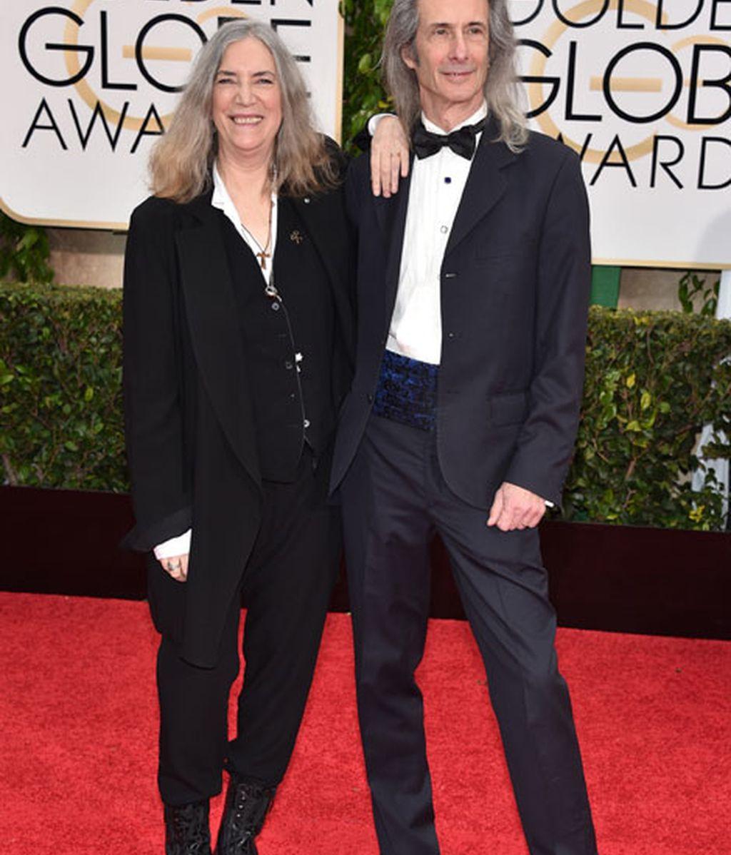 Patty Smith y Lenny Kaye en la alfombra roja de los Globos de Oro