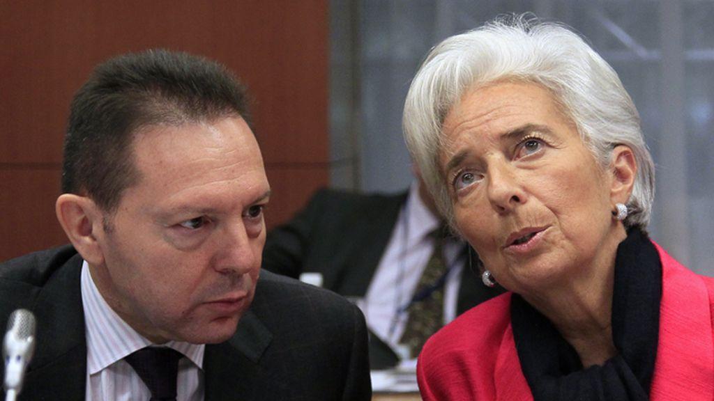 Yannis Stournaras, ministro de Finanzas griego conversa con la presidenta del FMI, Christine Lagarde durante la reunión del Eurogrupo